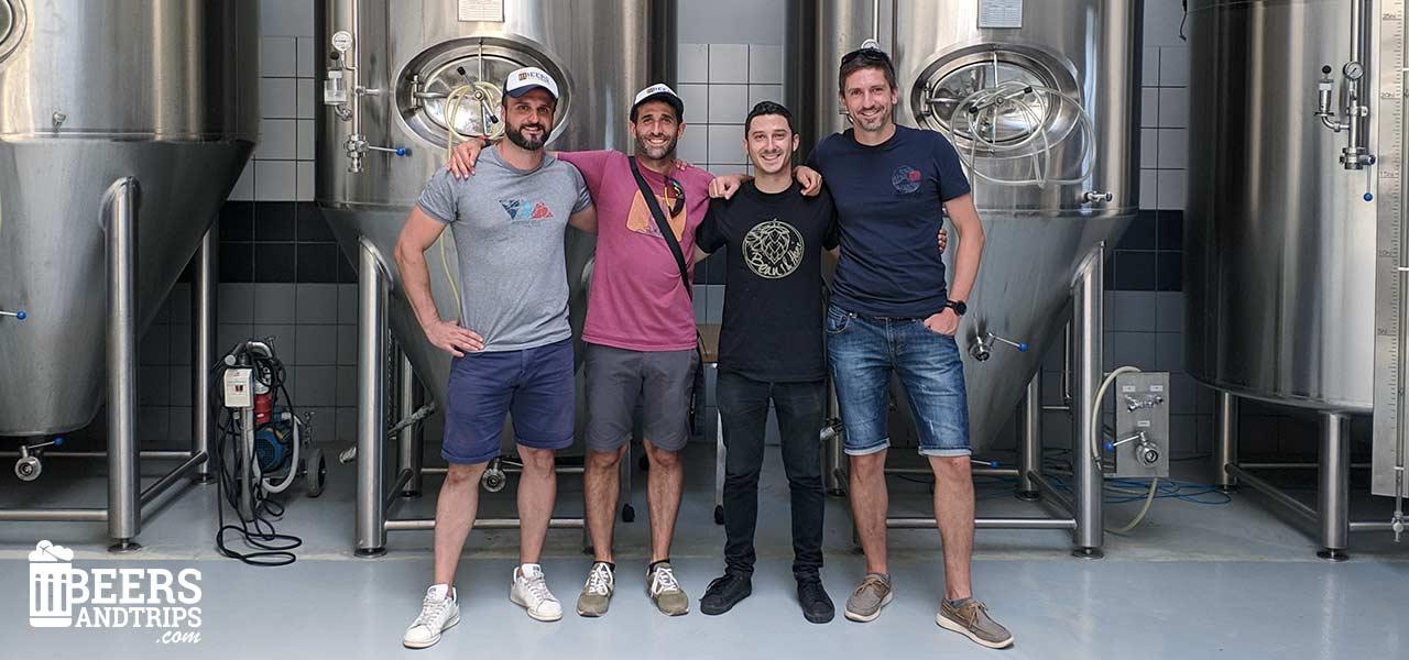 Equipo de Beers And Trips junto a Foto junto a Iasonas