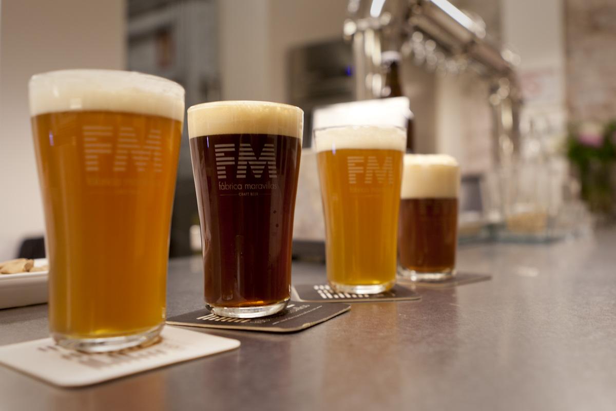 Cervezas artesanas de la Fábrica Maravillas en el barrio de Malasaña en Madrid