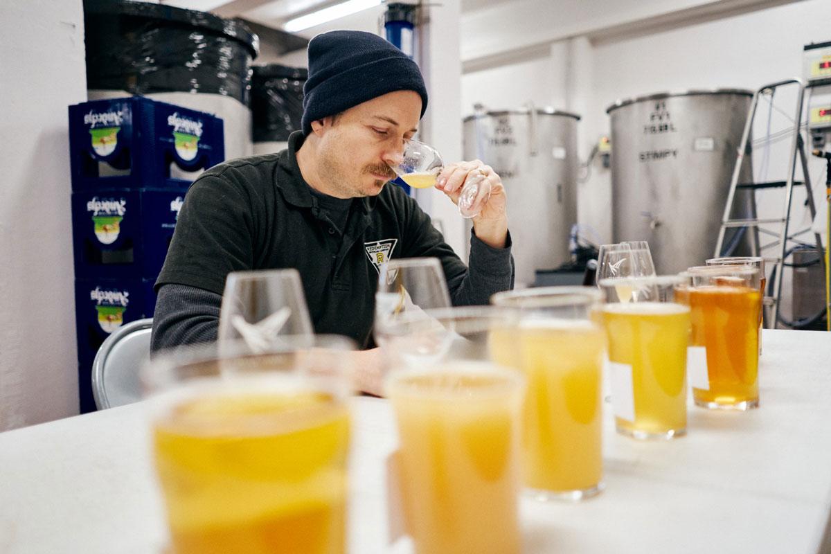 Josh catando cervezas. Foto © de Guillaume Dujardin